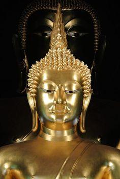 วัดบวรนิเวศราชวรวิหาร    สร้างขึ้นด้วยศิลปะไทยผสมจีน ภายในพระอุโบสถ มีพระพุทธรูปสำคัญอยู่ ๒ องค์ คือ พระประธาน อัญเชิญมาจากวัดสระตะพาน เพชรบุรี และ พระพุทธชินสีห์ อัญเชิญมาจากวิหารทิศเหนือ วัดพระศรีรัตนมหาธาตุ พิษณุโลก ถัดจากพระอุโบสถออกไปเป็นเจดีย์กลมขนาดใหญ่ สร้างสมัยพระบาทสมเด็จพระจอมเกล้าเจ้าอยู่หัว รัชกาลที่ ๔ หุ้มกระเบื้องสีทอง ในรัชกาลปัจจุบัน รอบฐานพระเจดีย์มี ศาลาจีนและซุ้มจีน ถัดออกไปเป็นวิหารเก๋งจีน นอกจากนี้ก็มีจิตรกรรมฝาผนังฝีมือขรัวอินโข่ง