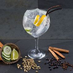 Broad bonding: [taste) Gin tonic is the social drink by far for me. Its fashionable so when we are in big groups or whenever we go out, people always drink it. A night is not complete without gin tonic. Gin & Tonic Cocktails, Gin Cocktail Recipes, Gin And Tonic, Cocktail Drinks, Bebida Gin, Gin Tonic Recetas, Wine Drinks, Alcoholic Drinks, Beverages