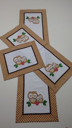 Ideas Jogo Americano Patchwork Borboletas For 2019 Patchwork Cushion, Patchwork Baby, Crazy Patchwork, Patchwork Fabric, Patchwork Patterns, Patchwork Kitchen, Sewing Crafts, Sewing Projects, Fall Sewing