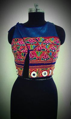 Kutchi choli but would try the design reversed so as to carry my anchal with ease. Lehenga Designs, Saree Blouse Designs, Blouse Styles, Kurta Patterns, Blouse Patterns, Sewing Patterns, Indian Blouse, Indian Wear, Designer Wear