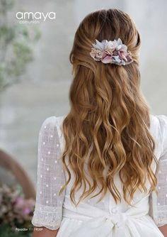 COMUNIÓN ARTESANÍA AMAYA 2017 A los mejores precios del mercado Pide cita por teléfono o whatsapp: Teléfono: 953.754.745 ... Christening Hairstyles, Communion Hairstyles, Fancy Hairstyles, Girl Hairstyles, Cadeau Communion, Hair Express, Romantic Wedding Hair, Communion Dresses, Floral Hair
