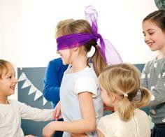 """Kinder spielen """"Blinde Kuh"""""""