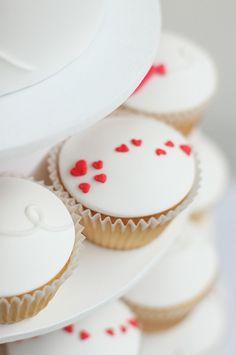 heart trail by hello naomi bakery My Funny Valentine, Valentines Day Cakes, Hello Naomi, Food Cakes, Mini Cakes, Cupcake Cakes, Cupcake Piping, Balloon Cupcakes, Cupcakes Bonitos