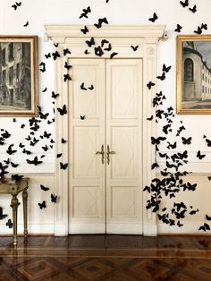 Easily Halloween decoration // butterfly wall Diy Halloween, Table Halloween, Chic Halloween Decor, Halloween Bebes, Happy Halloween, Easy Halloween Decorations, Holidays Halloween, Halloween Decorating Ideas, Butterfly Halloween