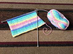 Make a newborn baby cardigan for summer. Baby Knitting Patterns Free Newborn, Baby Cardigan Knitting Pattern Free, Baby Booties Free Pattern, Baby Boy Knitting Patterns, Beginner Knitting Patterns, Knitting Projects, Knit Patterns, Clothes Patterns, Hand Knitting