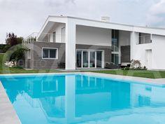 VIVERE CONTEMPORANEO  Vista d'insieme dell'abitazione dai volumi calibrati e le forme moderne