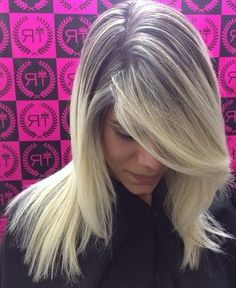 10 Trendy Two-Tone Hair Styles: Blonde Balayage Latest Hair Color, Color Your Hair, Haircuts For Long Hair, Everyday Hairstyles, Hair Color Balayage, Blonde Balayage, Color Verde Mar, Medium Hair Styles, Short Hair Styles