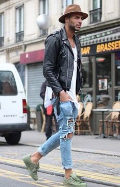 Ripped Jeans are all about mixing casual style with some formal wear and creating a very classy look. With these styling ideas in which you can add ripped jeans to your casual wardrobe and make it pop out with class and sophistication. Men With Street Style, Men Street, Street Wear, Ripped Jeans Outfit, Ripped Jeans Men, Stylish Men, Men Casual, Urban Fashion, Mens Fashion