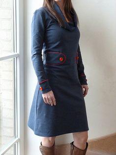 Ik hou van de eenvoud van deze  tricot kleedjes, ...  ...van een vleugje retro  ...en van blauw & rood .  Ik zou overal knopen aanzetten ....