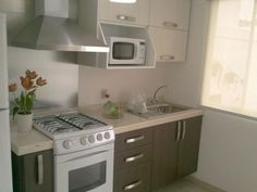 Browse photos of Small kitchen designs. Discover inspiration for your Small kitchen remodel or upgrade with ideas for organization, layout and decor. Kitchen Interior, Kitchen Decor, Kitchen Design, Kitchen Ideas, Studio Kitchen, Compact Kitchen, Mini Kitchen, Cuisines Design, Small Space Living