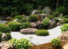Jardín con piedras grandes