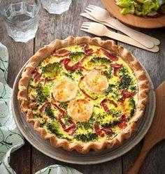 Une tarte savoureuse au chèvre, brocolis et viande des grisons. Servez-la en plat principal avec une salade verte pour un repas express et gourmand !