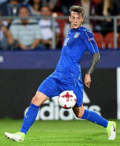 Italy's forward Federico Bernardeschi plays the ball during the UEFA U-21 European Championship Group C football match Denmark v Italy in Krakow, Poland on June 18, 2017. / AFP PHOTO / JANEK SKARZYNSKI