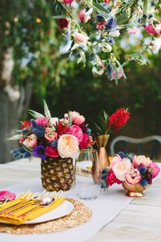 12 inspiring and colorful fruity centerpieces. Our favorite? The pineapple, of course. #Aloha #wedding