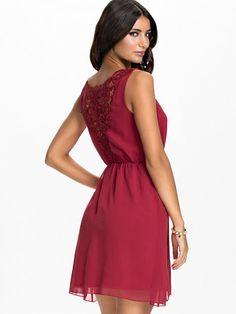 Lace Back Chiffon Dress - Jeane Blush - Rood - Feestjurken - Kleding - Vrouw - Nelly.com
