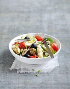 Salade niçoise Specialite Nicoise, Bouillabaisse, Food Plating, Fruit Salad, Acai Bowl, Salad Recipes, Food Photography, Picnic, Salads