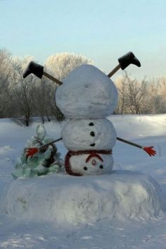 Predictable snowman for Christmas time? Not on my front lawn! I& make this one instead of the right-side-up version. Outdoor Christmas, Winter Christmas, Christmas Holidays, Christmas Decorations, Xmas, Christmas Scenes, Christmas Things, Funny Christmas, Country Christmas