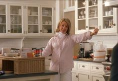 Something's Gotta Give: Diane Keaton's Beach House in the Hamptons - kitchen - Beach Cottage Style, Beach Cottage Decor, Coastal Style, Hamptons Kitchen, The Hamptons, Sr Y Sra Smith, Something's Gotta Give House, Shabby Chic Porch, Beach House Kitchens