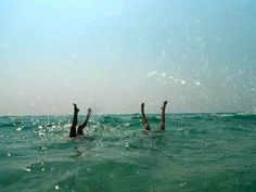 El pino en la playa :) /handstands on the beach Summer Feeling, Summer Vibes, Good Vibe, Summer Dream, Summer Fun, Summer Aesthetic, Film Photography, Strand, Surfing
