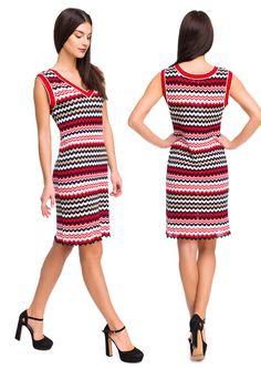 Полосатое платье без рукавов, прямого силуэта, V-образной горловиной. #knitwea