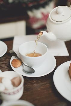 It's raining and being cozy at home with a warm tea is one of the best feelings in the world!    ♥ Aline