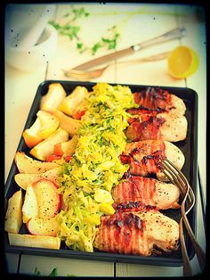 Piersi kurczaka zapiekane z boczkiem, jabłkami i jarzynką z porów: Surówka nie jest konieczna, bo jarzynka jest już w komplecie :) Kompot prawie...