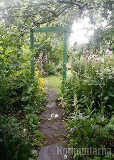 Kevytrakenteinenkin portti luo puutarhaan kehystetyn näkymän ja kutsuu kurkistamaan sisään. www.kotipuutarha.fi