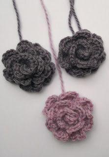 Slinky crochet flower/crochet rose tutorial in Dutch + the English original video tutorial. Crochet Scarves, Crochet Doilies, Crochet Yarn, Crochet Flowers, Crochet Stitches, Knitted Flower Pattern, Irish Crochet Patterns, Crochet Flower Tutorial, Rose Tutorial