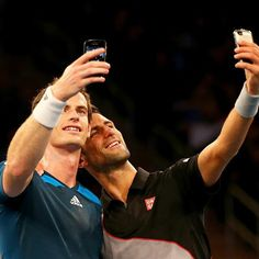 Novak Djokovic Photos - Andy Murray of Great Britain and Novak Djokovic of Serbia take selfies with their phones during the BNP Paribas Showdown at Madison Square Garden on March 2014 in New York City. Tennis Funny, Pro Tennis, Tennis News, Tennis Tournaments, Tennis Clubs, Tennis Players, Andy Murray, Nba, Foto Sport