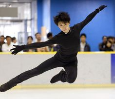 公開練習で華麗にジャンプする羽生結弦(30日、アイスリンク仙台)=共同  http://www.nikkei.com/article/DGXNSSXKF0304_Q3A830C1000000/