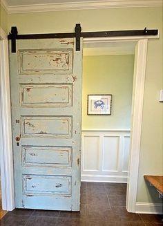 Antigua puerta convertida en puerta corredera.