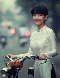 Sheer elegance on a bike. Very lady like .. My dream woman