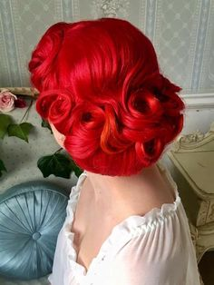 Vintage pin curls to a full nape chignon and curls framing the face #avedamadison
