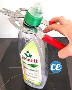 enlever embout flacon canard wc avec pince Diy Hacks, Cleaning Hacks, Cleaning Supplies, Limpieza Natural, Hot Sauce Bottles, Spray Bottle, Interior Design Living Room, Food Videos, Body Care