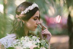 """#HeadpieceDaSemana Uma tiara linda e única, a headpiece Stella apresenta uma rica mistura de pérolas e flores de cristal Preciosa, dando um efeito de coroa de flores naturais ao penteado da noiva boho. Criamos este maravilhoso acessório de cabelo inspiradas nas flores """"gypsophila"""", mais conhecida como """"mosquitinho"""". Uma de nossas preferidas!   Shop online: www.mercedesalzueta.com"""