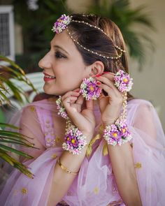 Little Floral Beauties: Earrings! Flower Jewellery For Mehndi, Flower Jewelry, Hand Jewelry, Body Jewellery, Jewelry Sets, Diy Jewelry, Bollywood, Haldi Ceremony, Indian Wedding Photography