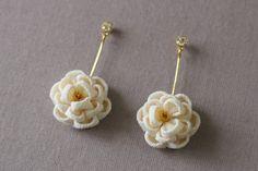 ほんわり椿のピアス 白 - 餡蜜優花