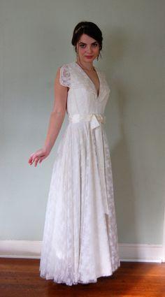 1960s Wedding Dress V Neck Sleeveless White Lace by VukoviVintage