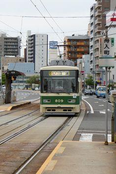 Train in Hiroshima, Japan Places To Travel, Places To Visit, Japan Train, Japan Holidays, Hiroshima Japan, Miyajima, Bonde, Land Of Enchantment, Light Rail