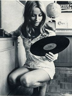 Picture telling something about sixties : vinyl, records, mini-jupe (mini skirt), hairstyle . This feeling if you find an old vynil at home and listen to it. Vintage Versace, Vintage Dior, Vintage Vogue, Vintage Modern, Vintage Beauty, Retro Vintage, Lps, Musica Love, Age Tendre