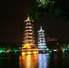 Guilin, China – Pagodas budistas dorada y plateada del Sol y la Luna en el Lago Shan Hu