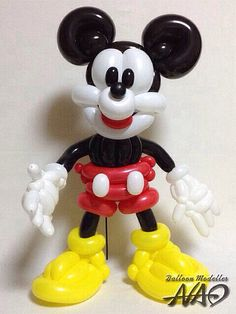 Mickey Mouse - beautifully done! Mickey Mouse Crafts, Mickey Mouse Balloons, Disney Balloons, Mickey Minnie Mouse, Balloon Hat, Balloon Crafts, Balloon Centerpieces, Balloon Decorations, Homer Simpson