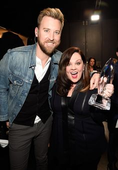 Pin for Later: Tous Les Moments des People's Choice Awards Que Vous Ne Verrez Pas à la Télé Melissa McCarthy et Charles Kelley, de Lady Antebellum