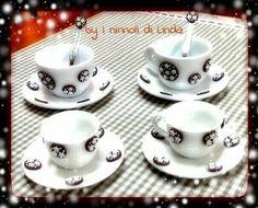 Tazzine da caffè decorate con biscottini pandistelle realizzati in fimo e cernit.