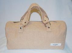 Maelle – Bauletto a mano realizzata in tessuto beige in lana. La borsa è stata lavorata per ottenere rigidità, che assicura anche una maggior tenuta. (etc)    Realizzata interamente a mano. Modello unico.