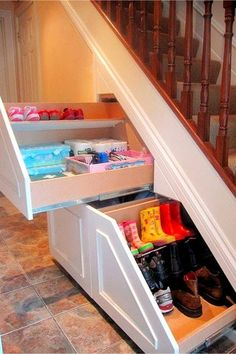 Clever and EASY home decor ideas! These nder stairs storage and organization ideas are simply brilliant for creating more storage space in your home - These DIY storage drawers make for more storage spaces under the stairs Under Stairs Storage Drawers, Diy Storage Drawers, Stairway Storage, Stair Drawers, Closet Under Stairs, Space Under Stairs, Under Stairs Cupboard, Storage Spaces, Storage Ideas