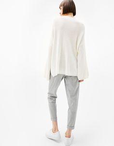 Pantalón tailoring jogger pinzas. Descubre ésta y muchas otras prendas en Bershka con nuevos productos cada semana