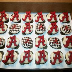 Alabama cupcakes---- Posting this just for my cousin Nichole! Football Cupcakes, Camo Cupcakes, Alabama Cakes, Yummy Treats, Sweet Treats, Cupcake Images, Custom Cupcakes, Tailgating Recipes, Fancy Cakes