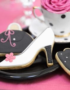 Fun purse and shoe cookies... Would be great for various celebrations ( Girls Night Out, birthday parties, showers) or would work for parties that do business with shoe companies http://fave.co/2dj7TMz                                                                                                                                                                                 More