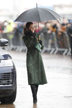 The Duchess cut an elegant figure in the rain, opting for an olive Sportsmax coat, a Michael Kors patterned peacock dress, and a recycled green Manu Atelier bag, along with black knee-high boots Estilo Kate Middleton, Kate Middleton Style, Pippa Middleton, Kate Middleton Prince William, Prince William And Kate, Duke And Duchess, Duchess Of Cambridge, Peacock Dress, Royal Clothing